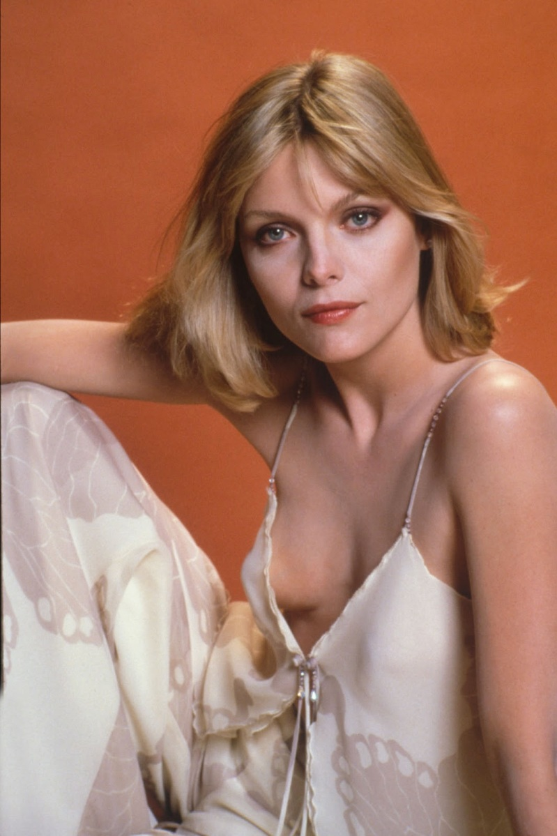 Michelle Pfeiffer 01 downblouse