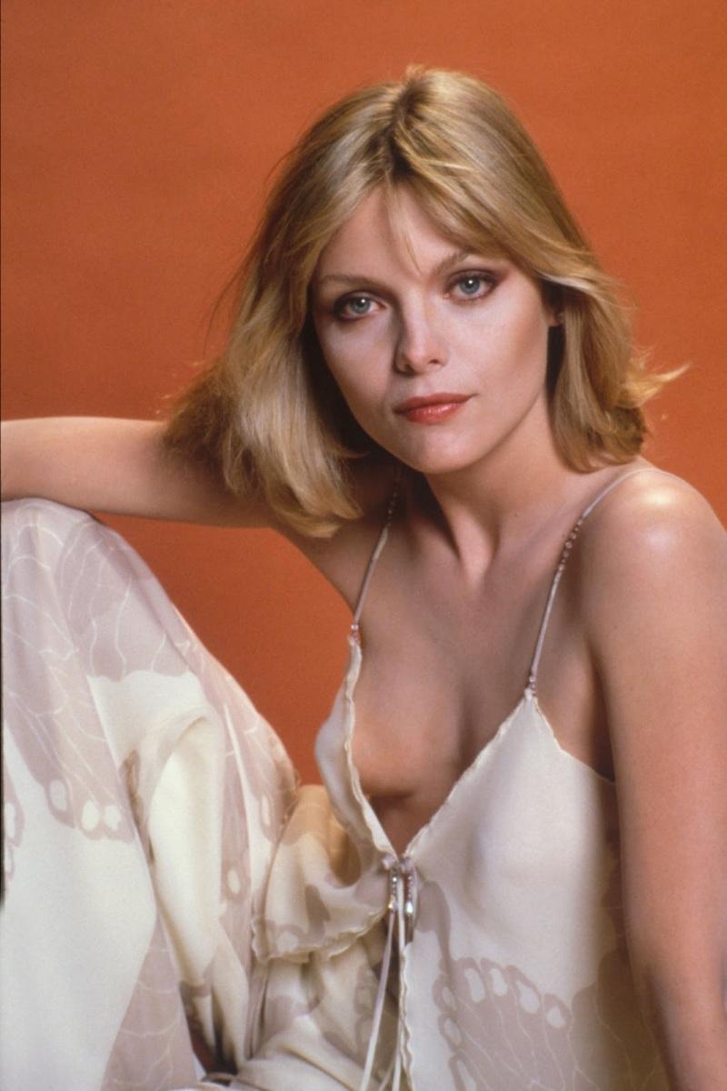 Michelle Pfeiffer 01 downblouse