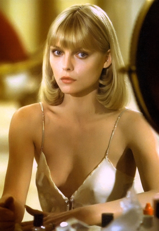 Michelle Pfeiffer 02 downblouse