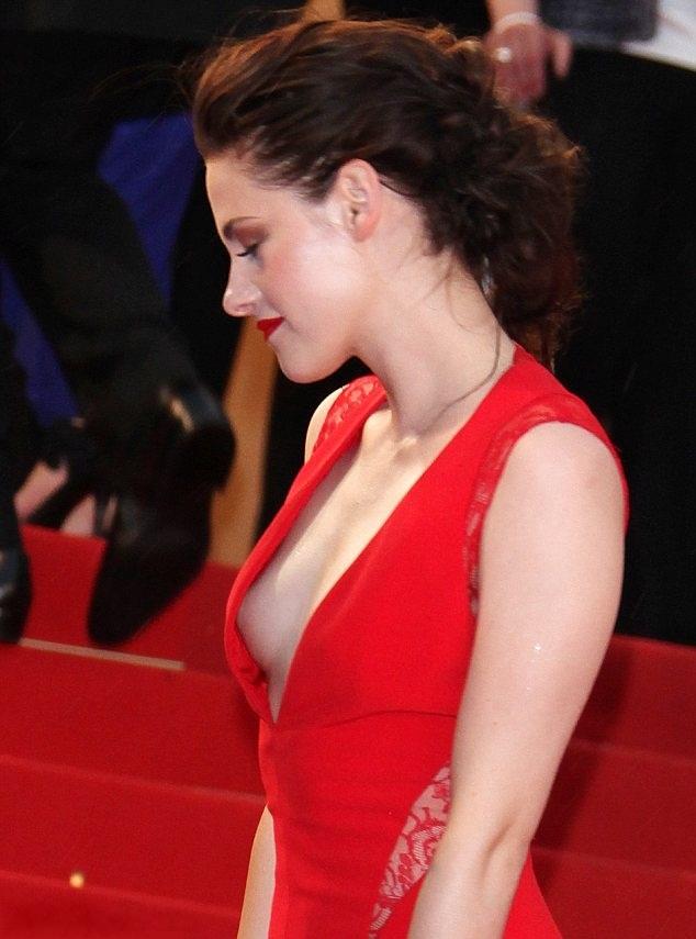 Kristen Stewart 01 Downblouse
