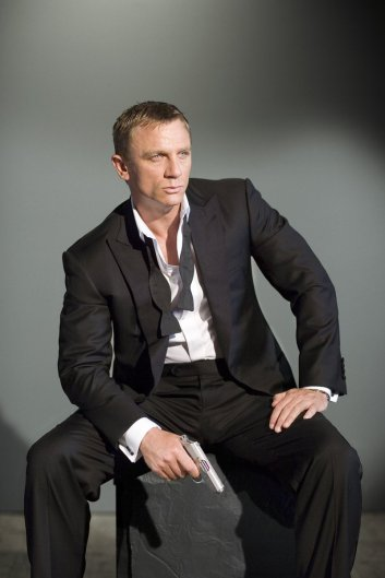 Daniel Craig 01 Buttons Bar None Booze Revooze