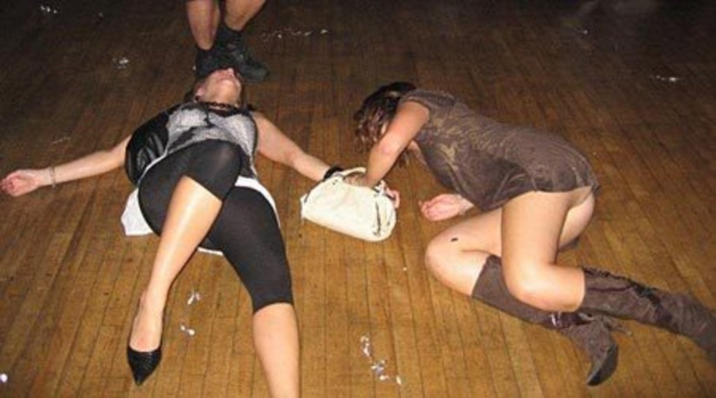 Видео гуляют девушки пьяные кадром